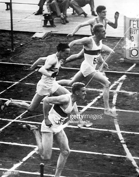 Leichtathletik-EuropameisterschaftenStockholm 1958Endlauf der Männer über 100 mSieger Armin Hary vor Manfred Germar.Peter Redford und Josseline...