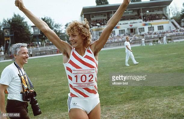 Leichtathletin D 'Goldenes Oval' in Dresden jubelt nach ihrem Weltrekord von 744 m im Weitsprung 1985