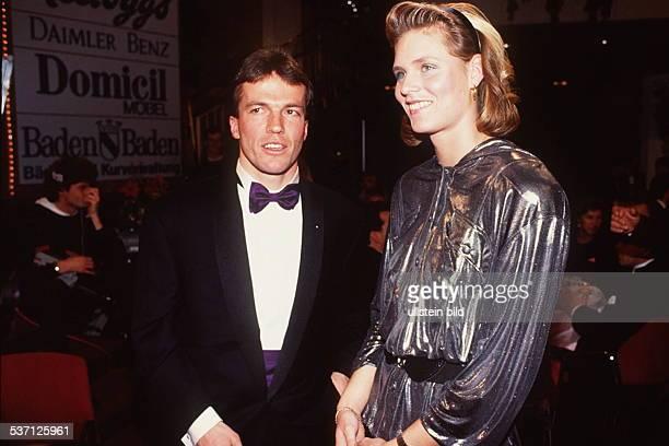 Leichtathletin D mit Lothar Matthäus bei der Veranstaltung 'Sportler des Jahres 1990' Dezember 1990