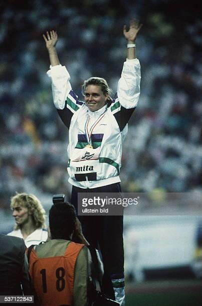 Leichtathletin DDR Siegerehrung 200m EM in Split Europameisterin Krabbe jubelt August 1990