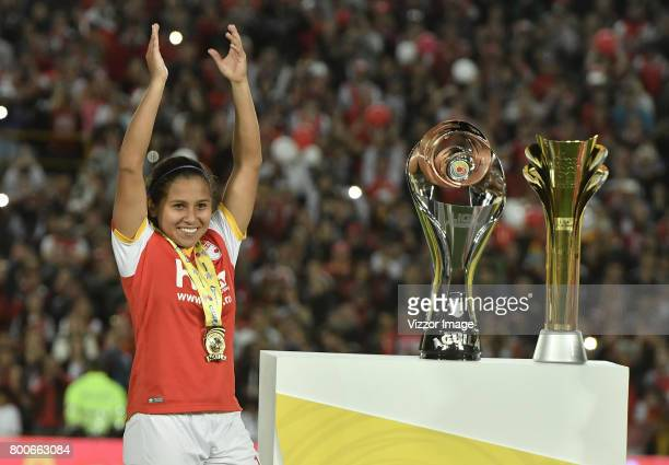 Leicy Santos of Independiente Santa Fe lifts the trophy to celebrate after a second leg match between Independiente Santa Fe and Atletico Huila as...