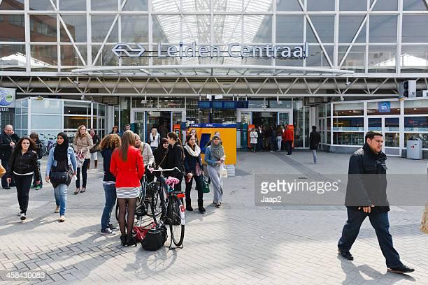 ライデン中央鉄道駅 - ライデン ストックフォトと画像