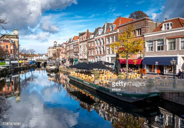 ライデン;秋のニューウェ・ラインと呼ばれる運河の近くのテラスとボート - ライデン ストックフォトと画像