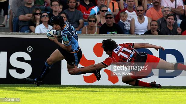 Leigh Halfpenny of Cardiff dives over to score a try during the Amlin Challenge Cup Final between Toulon and Cardiff Blues at Stade Velodrome on May...