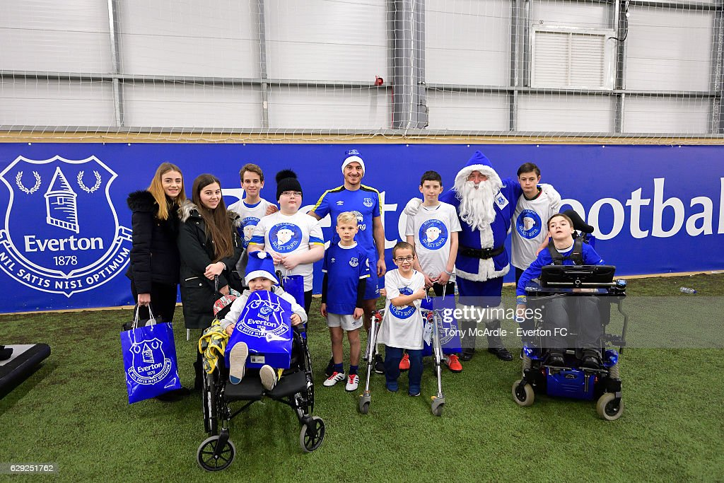 Patients from Alder Hey Children's Hospital Join Everton Players for a Training Session : Nachrichtenfoto