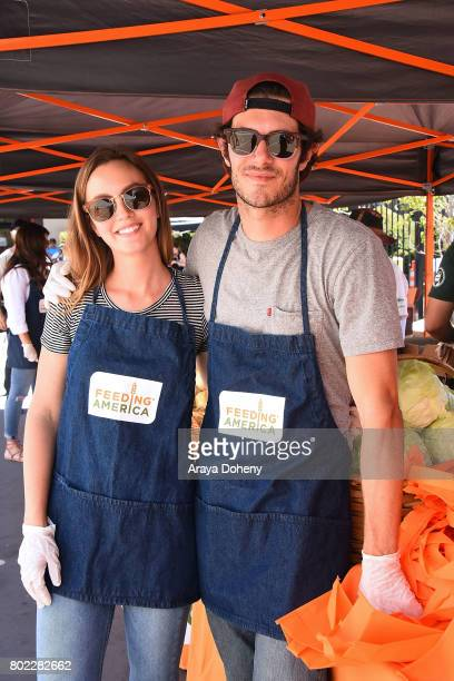 Leighton Meester and Adam Brody volunteer at Feeding America's Summer Hunger Awareness event At Para Los Ninos in Los Angeles on June 27 2017 in Los...