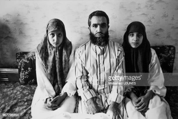 Leila et Fatima en compagnie de leur père vont étudier à la maison après que le directeur de leur lycée laur ai interdit de porter le tchador en...