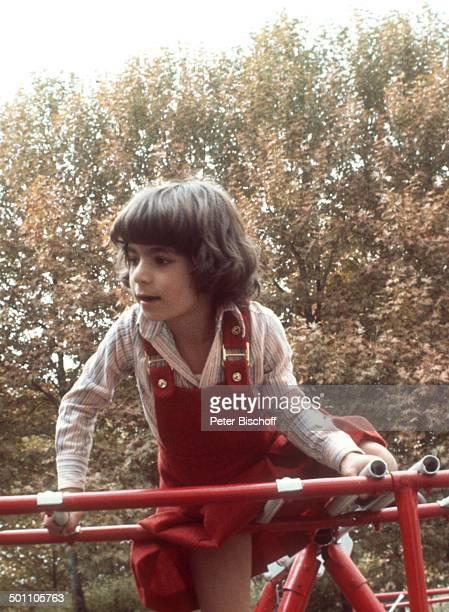 """Leila Pahlavi , Spielplatz Garten """"Kaiserliche Privatschule"""", Teheran, Persien , Vorder-Asien, Schah-Familie, klettern, Klettergerüst, spielen,..."""