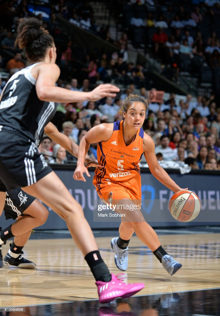 Leilani Mitchell #5 of the Phoenix Mercury handles the ball against the San Antonio Stars on July 7, 2017 at the AT&T Center in San Antonio, Texas.