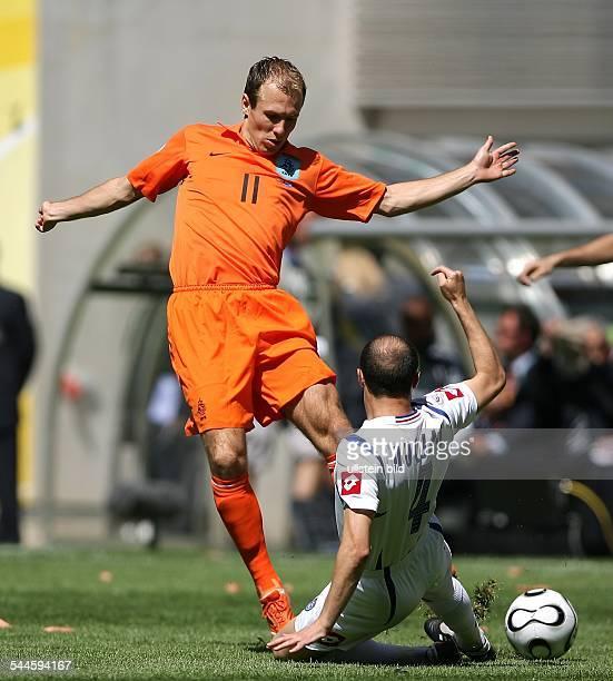 FIFA WM 2006 Gruppe C Serbien und Montenegro Niederlande 01 Leipzig Arjen Robben im Zweikampf mit Predag Djordjevic