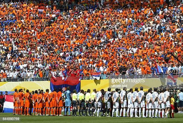 FIFA WM 2006 Gruppe C Serbien und Montenegro Niederlande 01 Leipzig Aufstellung vor dem Spiel Niederlande und Serbien und Montenegro