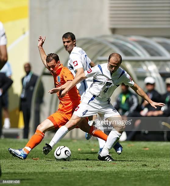 Leipzig: Niederlandes Wesley Sneijder im Zweikampf mit Igor Duljaj