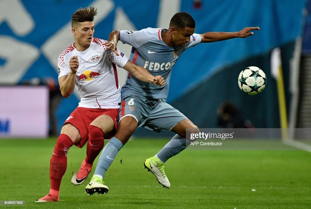 Leipzig's Austrian midfielder Marcel Sabitzer (L) and Monaco's Brazilian defender Jorge vie for the ball during the Champions League group G football match RB Leipzig v AS Monaco in Leipzig, eastern Germany on September 13, 2017. / AFP PHOTO / John MACDOUGALL