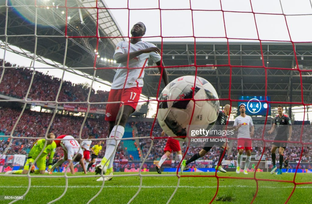 Leipzig's French defender Dayot Upamecano (C) reacts after Bayern Munich's Dutch midfielder Arjen Robben (4rd R) scored during the German first division Bundesliga football match between RB Leipzig and FC Bayern Munich on May 13, 2017 in Leipzig, eastern Germany. /