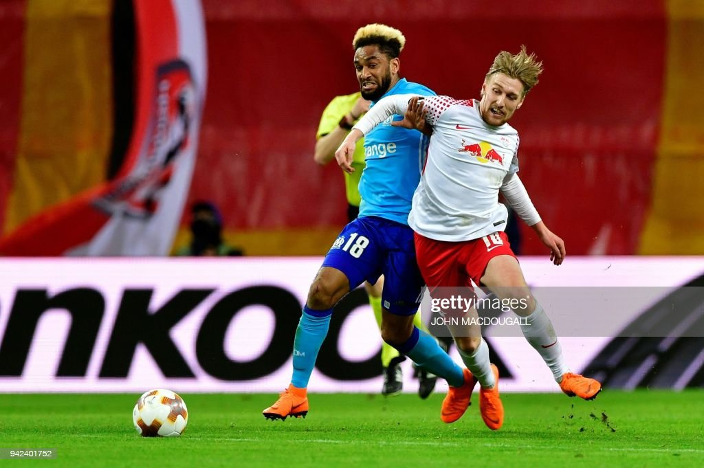 Leipzig's Swedish midfielder Emil Forsberg (R) and Marseille's French defender Jordan Amavi vie for the ball during the UEFA Europa League quarter-final first leg football match RB Leipzig vs Olympique de Marseille (OM) at the RB arena in Leipzig, eastern Germany, on April 5, 2018. / AFP PHOTO / John MACDOUGALL