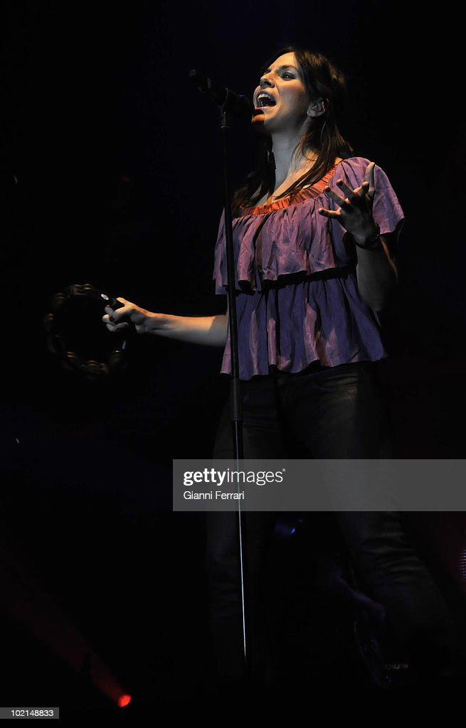 Leire, singer of the musical group 'La Oreja de Go Gogh' in a concert, 2009, Madrid, Spain.