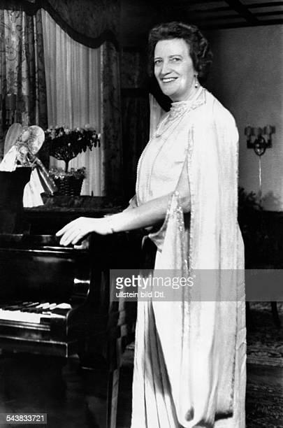 Leisner Emmi Opera singer Germany*08081885 standing at the piano Photographer Charlotte Willott 1958Vintage property of ullstein bild