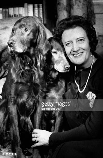 Leisner Emmi Opera singer Germany*08081885 with her dogs Photographer Charlotte Willott 1958Vintage property of ullstein bild