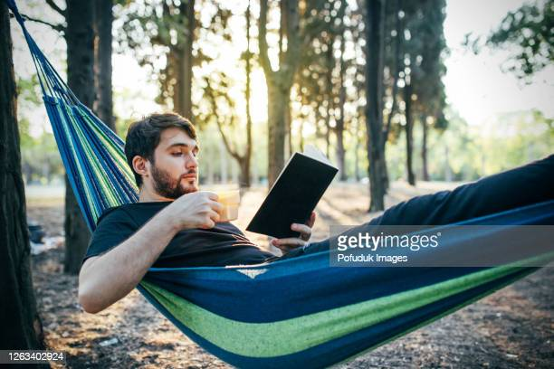 freizeitaktivitäten im wald, mann in ruhe - nur erwachsene stock-fotos und bilder