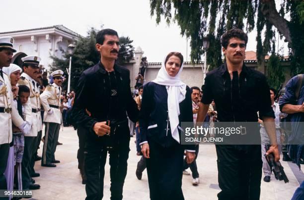 Leïla Aslaoui ministre de la Jeunesse et des Sports arrive aux obsèques de Mohamed Boudiaf le 1er juillet 1992 à Alger Algérie