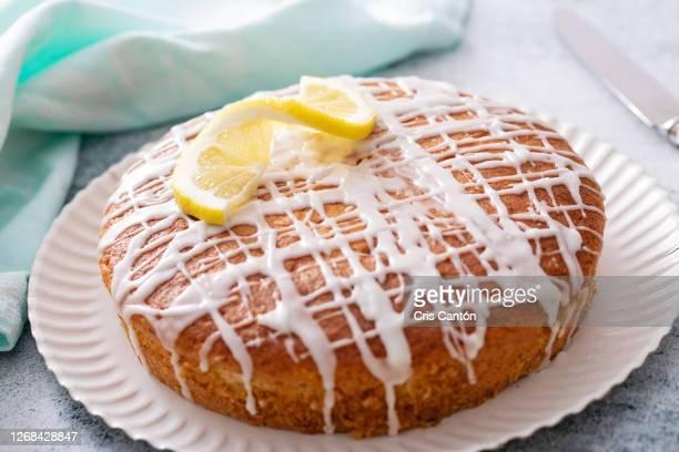 lemon cake with lemon glaze - cris cantón photography fotografías e imágenes de stock