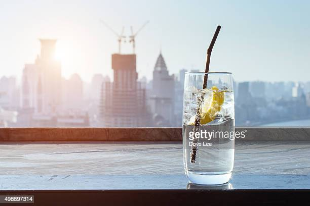 lemon drinks with city background - carbonated drink stock pictures, royalty-free photos & images