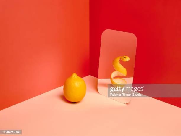 a lemon in a mirror reflecting an empty version of himself. - 鏡 物品 個照片及圖片檔