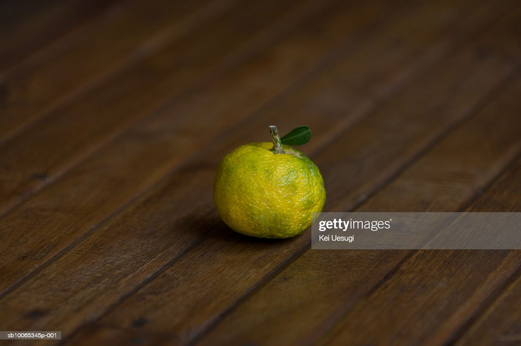 Lemon on wooden background : Foto stock
