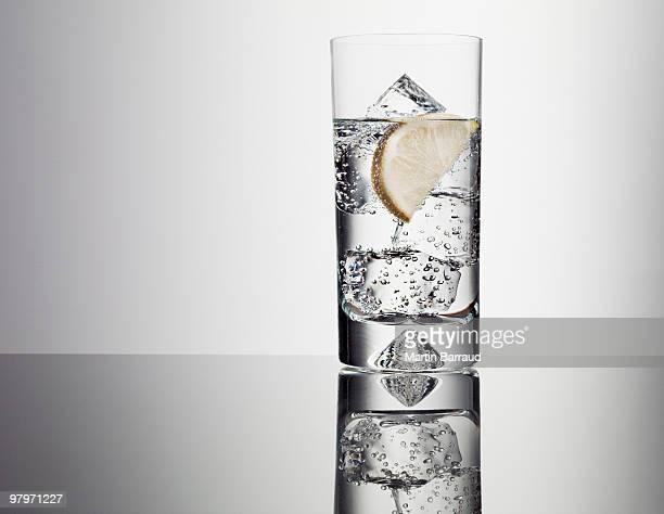 Scheibe Zitrone in Glas Wasser