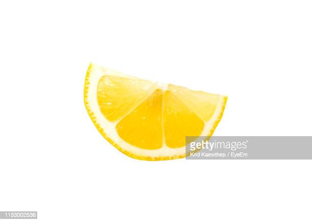 lemon slice over white background - zitrone stock-fotos und bilder