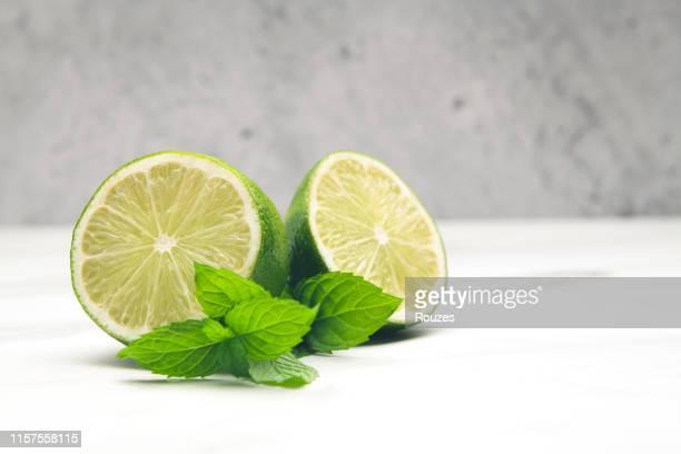 ミント入りレモン - かんきつ類 ストックフォトと画像