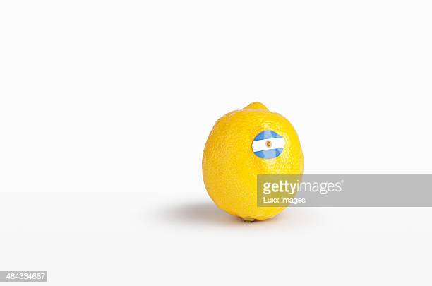 lemon with sticker of flag of argentina - argentinas flagga bildbanksfoton och bilder
