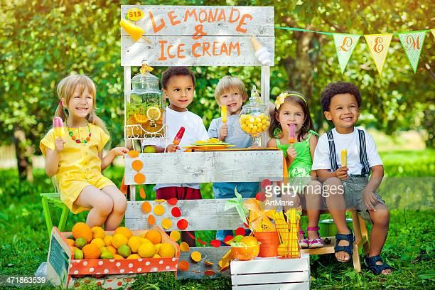 Limonada anf Gelado suporte e crianças.