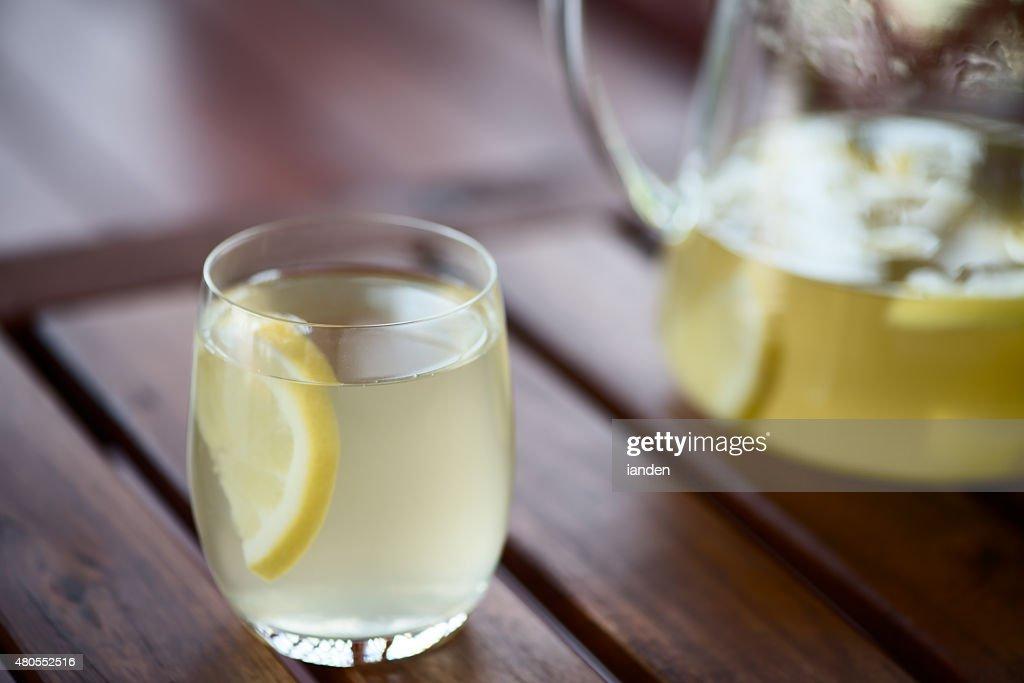 Limonada na mesa de madeira : Foto de stock