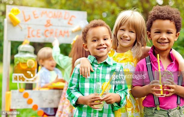 tenderete de refrescos y niños - linda pop fotografías e imágenes de stock