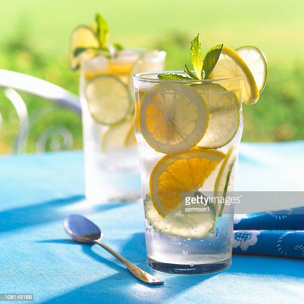 Limonade avec citrons sur une Table à l'extérieur