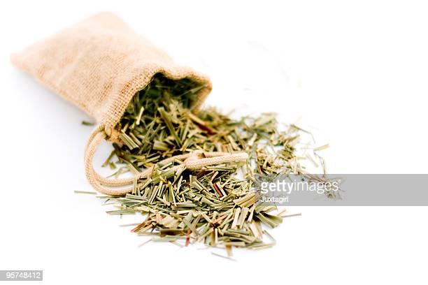 Lemongrass in Jute-Tasche, isoliert auf weiss