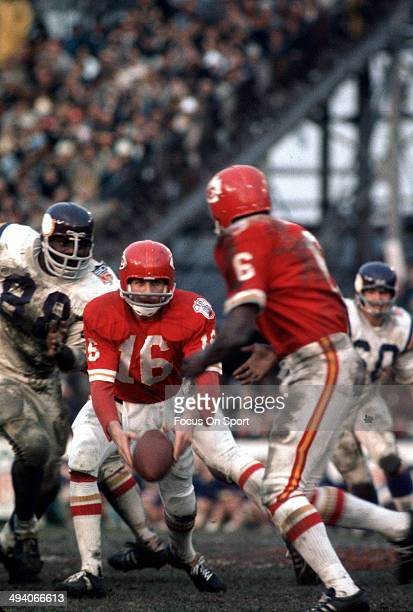 Len Dawson of the Kansas City Chiefs pitches the ball to Warren McVea against the Minnesota Vikings during Super Bowl IV on January 11 1970 at Tulane...
