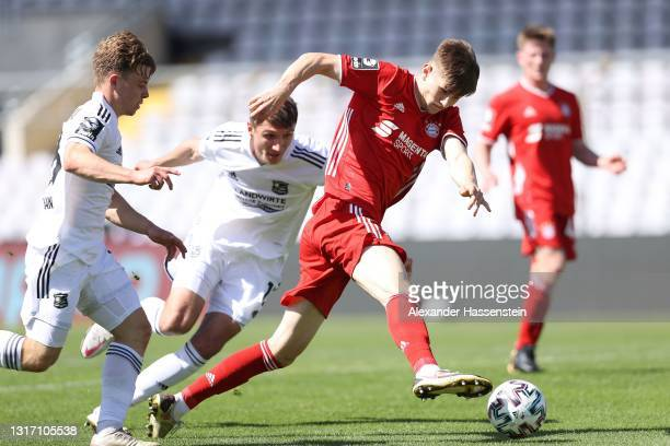 Len Jastremski of Bayern München battles for the ball with Christoph Gregor of Unterhaching during the 3. Liga match between Bayern München II and...