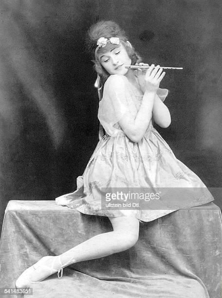 Lena Amsel *18981929Tänzerin Dposiert mit einer Piccoloflöte in einem Ballettkostüm ohne Jahr veröffentlicht in Die Dame 01/1917Aufnahme Atelier...
