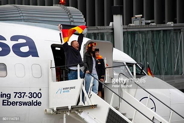 """Lena Meyer-Landrut , Mentor Stefan Raab, Ankunft Flughafen Heimatstadt Hannover, Lufthansa Sondermaschine """"Eberswalde"""" , Niedersachsen, Deutschland,..."""