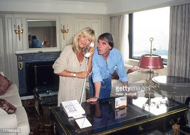 Lena Valaitis Ehemann Horst Jüssen FamilienUrlaub im Hotel Essex House New York USA Nordamerika Telefon telefonieren Kamin Hotelzimmer Appartement...