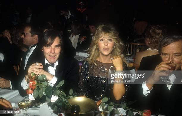 Lena Valaitis Ehemann Horst Jüssen Filmball 1985 München 0121985 Smoking Getränk trinken Zigarette rauchen Ehefrau Sängerin Schauspieler Promis...