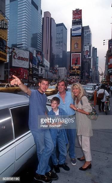 Lena Valaitis Ehemann Horst Jüssen Sohn Marco Wiedmann und Sohn DonDavid Jüssen FamilienUrlaub am am Times Square in Manhattan New York USA