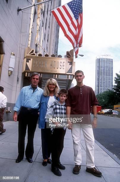 Lena Valaitis Ehemann Horst Jüssen Sohn Marco Wiedmann und Sohn DonDavid Jüssen FamilienUrlaub am vor Hotel Essex House in Manhattan New York USA