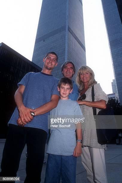 Lena Valaitis Ehemann Horst Jüssen Sohn Marco Wiedmann und Sohn DonDavid Jüssen FamilienUrlaub am vor den beiden Türmen vom World Trade Center in...