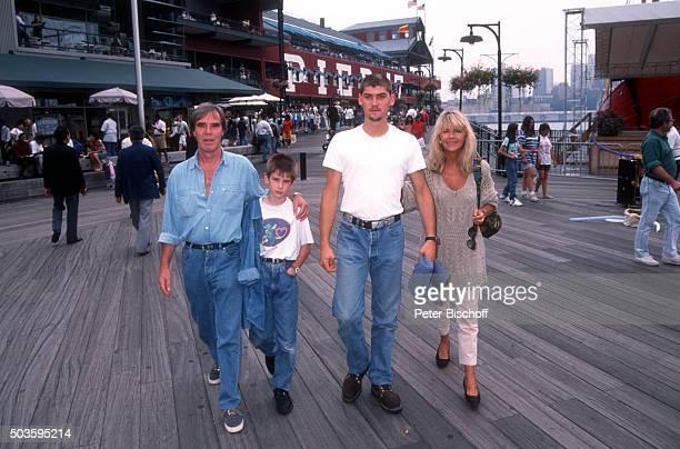 Lena Valaitis Ehemann Horst Jüssen Sohn Marco Wiedmann und Sohn DonDavid Jüssen FamilienUrlaub am am Pier 17 in Manhattan New York USA