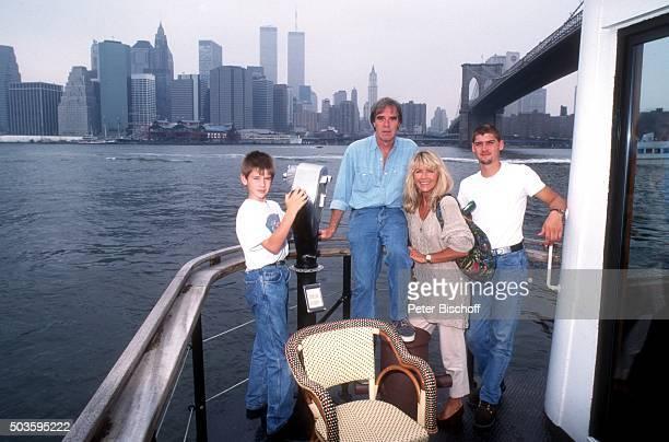 Lena Valaitis Ehemann Horst Jüssen Sohn Marco Wiedmann und Sohn DonDavid Jüssen FamilienUrlaub am vor Brooklyn Bridge in Manhattan New York USA