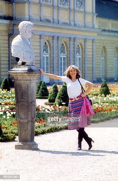 Lena Valaitis MuseumsBesuch Berlin Deutschland Europa 0108 1979 Ägyptisches Museum EchnatonNofreteteAusstellung Büste im Garten Sonnenbrille Sängerin...