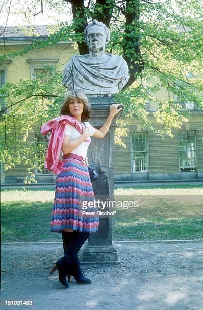 Lena Valaitis MuseumsBesuch Berlin Deutschland Europa 0108 1979 Ägyptisches Museum EchnatonNofreteteAusstellung Büste im Garten Sängerin Promis...